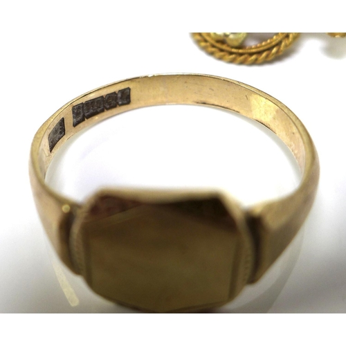 111 - A group of gold jewellery, comprising an 18ct gold Edwardian brooch, a/f missing pin, formed as a cl...