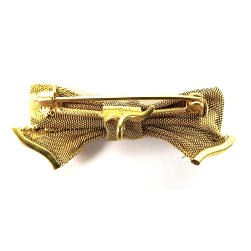 91 - An Edwardian 15ct gold brooch, bow shaped with engraved decoration, pin fastening, 15 by 40mm, 4.9g....