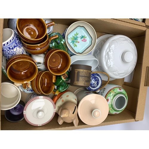 524 - Group of assorted ceramics, to include Limoges plate and similar lidded trinket box, Continental flo...