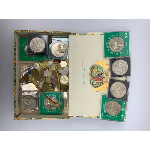 565 - Coins including South Africa George V 1934 2 1/2 shillings, commemorative crowns etc