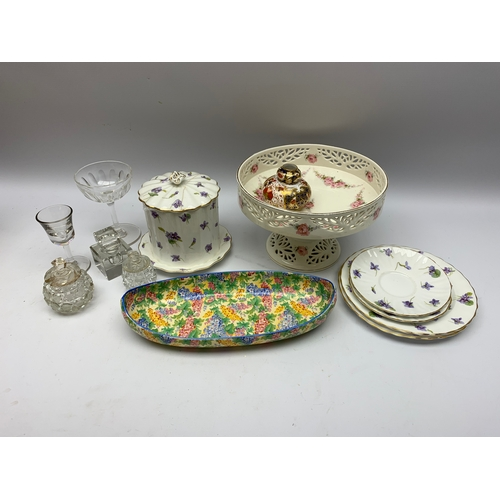 594 - Footed dish, glass inkwell and other similar items, in one box