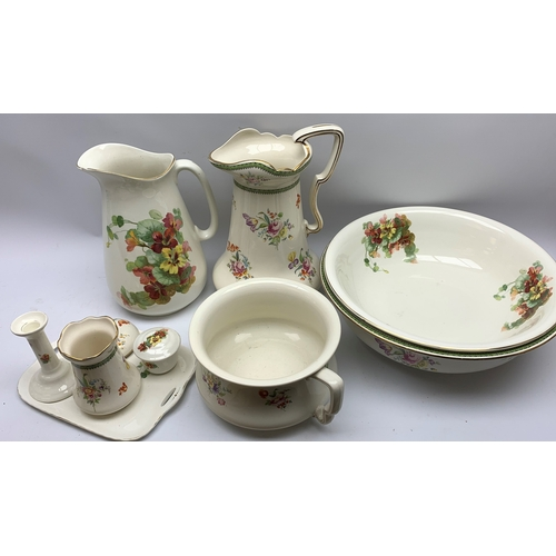600 - Wash jugs and bowls, chamber pot and other ceramics, in one box