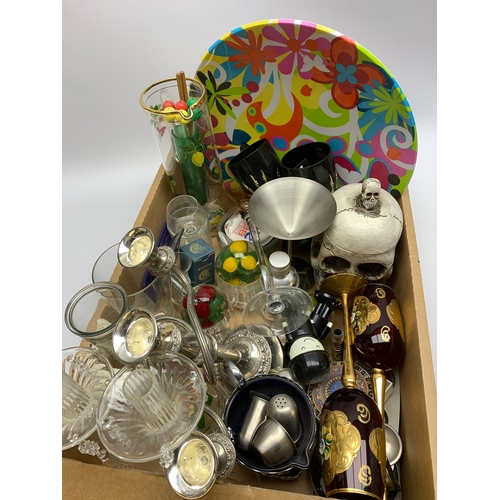 661 - Novelty storage jar modelled as a skull, various glasses, jug and other similar items, in one box