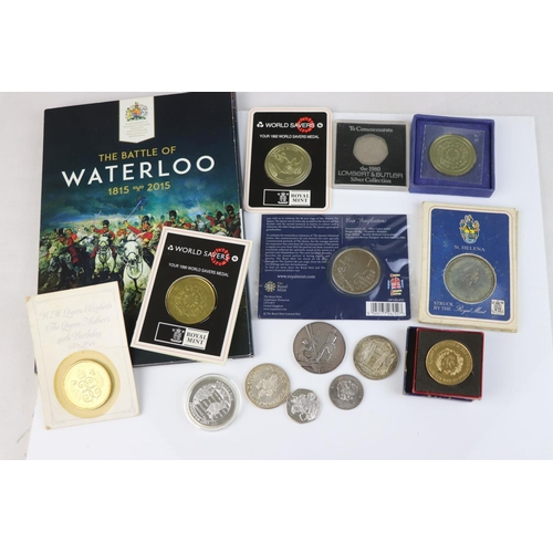 511 - A collection of commemorative collectors coins to include to include the Lest We Forget £5 coin and ...