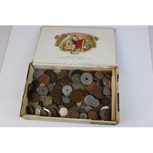 562 - A collection of mixed 19th and 20th century British and world coins.