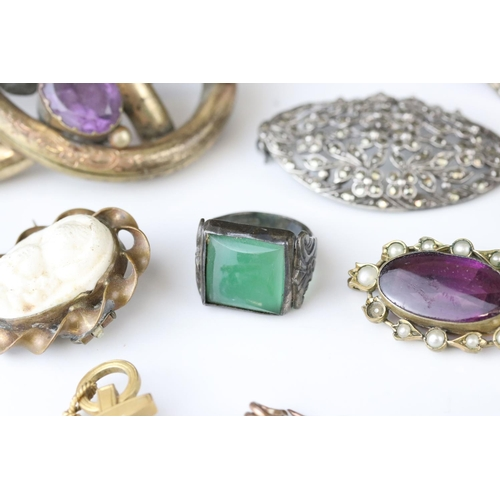 176 - Collection of Victorian and later costume jewellery to include large knot brooch; three stone paste ...