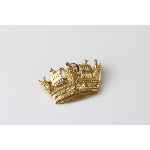 21 - 9ct yellow gold brooch modelled as a crown, dimensions approx 15mm x 25mm