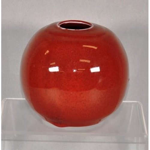 1048 - Susie McMeekin (b1954) Australian pottery vase red glaze, impressed studio mark to base, 12cm high a...