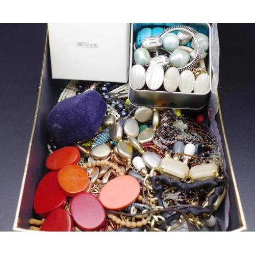 296 - Costume jewellery...