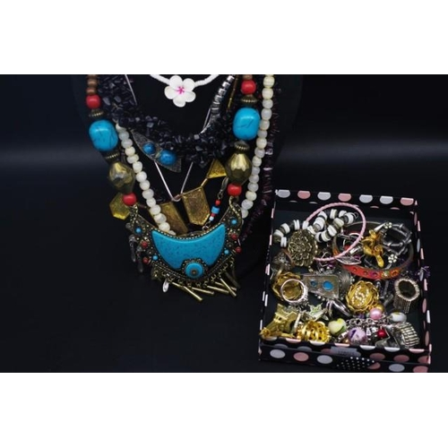 298 - Costume jewellery to include, rings, necklaces....