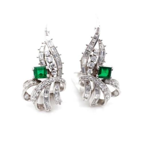 22 - Emerald and diamond set platinum ear clips approx 2x carre cut emeralds 4.06-4.14mm x 3.64-3.89mm x ...