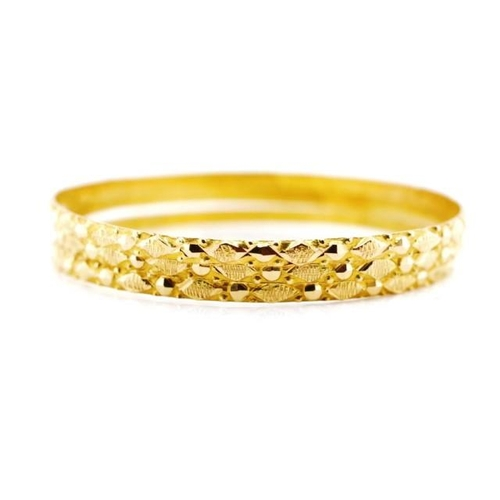 4 - Three 18ct yellow gold bangles d end wire with faceted beading and burnished decoration. Possible Eg...