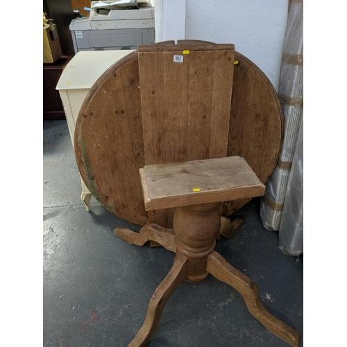 683 - A circular pine dining table...