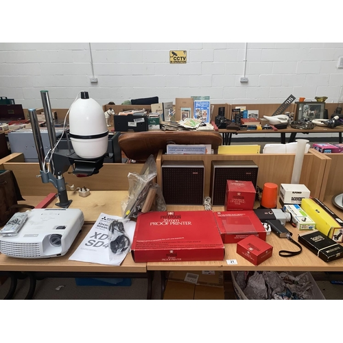 21 - Photographic equipment including Mitsubishi XD projector, gnome enlarger...