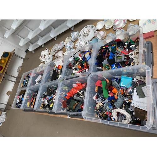 38 - A large quantity of Lego
