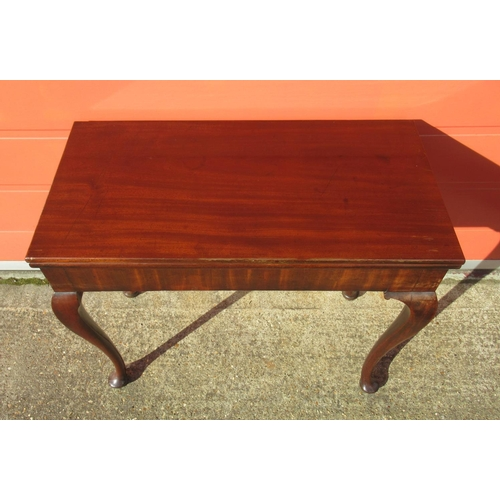 149 - GEORGE II MAHOGANY FOLDING TO TEA TABLE WITH CONCERTINA ACTION ON CABRIOLE LEGS, PAD FEET (H. 70 CM,...