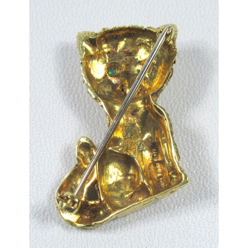 192 - 18 CT GOLD CAT BROOCH WITH EMERALD SET EYES, BY AC Co., LONDON, 1992, (H. 3.4 CM, W. 2.2 CM OVERALL)...