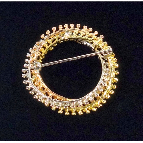 32 - THREE COLOUR CROSSOVER CIRCULAR BROOCH, STAMPED 18 K (DIA. 3.7 CM) 9.6 GRAMS...