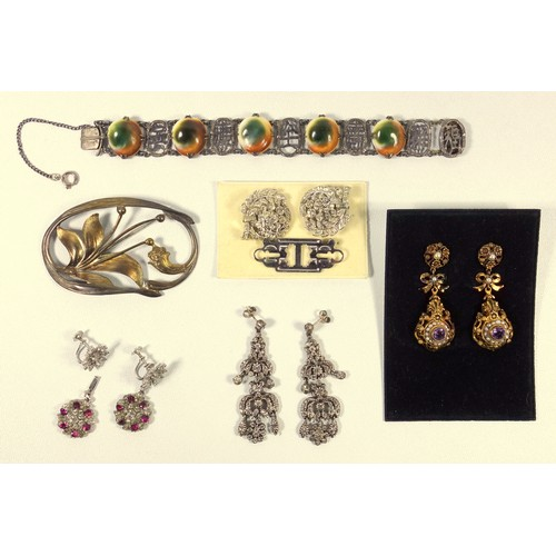 396 - PAIR OF GEORGIAN STYLE SILVER GILT PENDANT EARRINGS SET AMETHYST AND SEED PEARLS (H.5.5 CM) PAIR OF ...