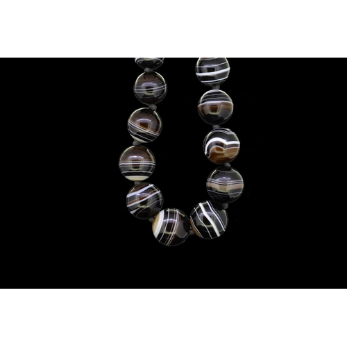 24 - ONYX BEAD NECKLACE ONYX BEAD NECKLACE, the graduating beads ranging from approx. 12.8 - 19.4 mm. L. ...