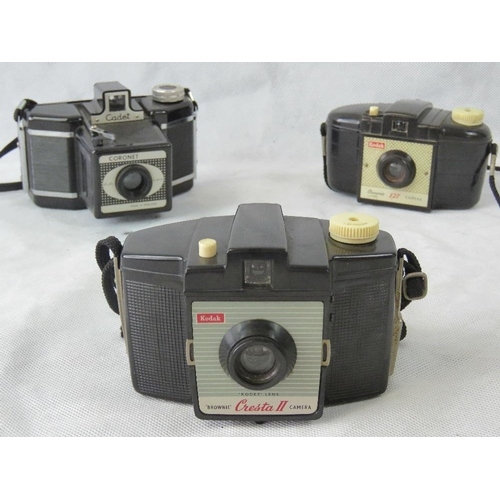 849 - Three vintage Kodak cameras it with plastic body is being the Kodak Brownie 127, Kodak Cresta II and...