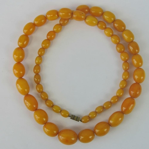 122 - A vintage untested egg yolk amber type bead necklace, smallest 10mm, largest 20mm, 71g...