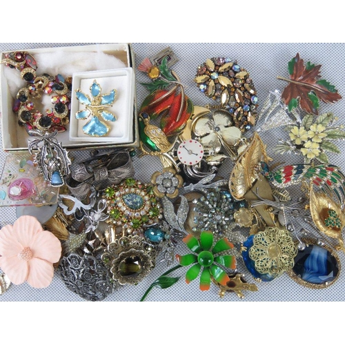 190 - Costume jewellery; collection of 20thC brooches depicting floral arrangements, a white metal filigre...