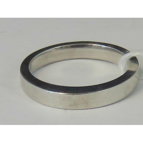172 - A white metal band with raised section, no hallmarks, size M, 3.78g...