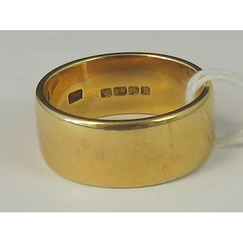 208 - An 18ct gold ring, hallmarked Birmingham, 14.72g, 9mm wide, size V....