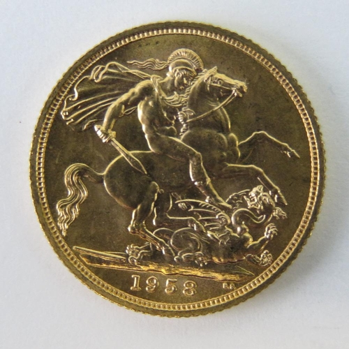 451 - A 22ct gold Elizabeth II 1958 full sovereign, 8g....