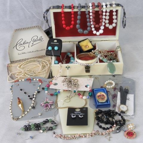 424 - A quantity of costume jewellery including; brooch marked hollywood, a handpainted brooch, bead neckl...