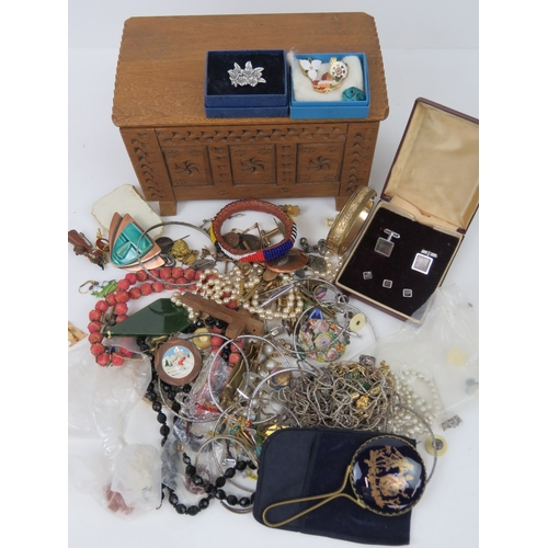 138 - A quantity of assorted vintage costume jewellery including two rose metal bangles a/f, cufflinks, ba...