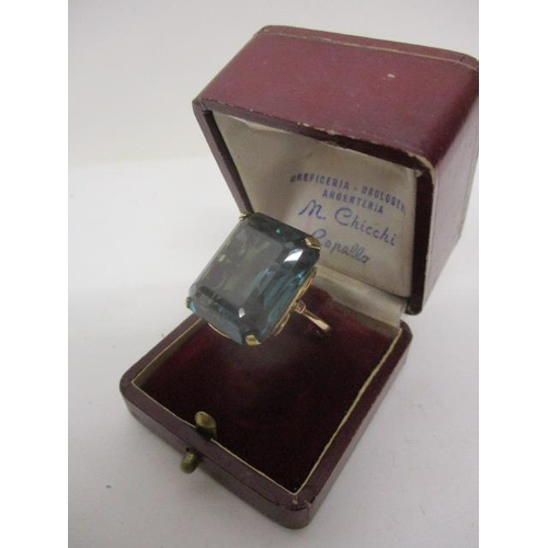 92 - A gold coloured metal ring set with a princess cut aquamarine coloured cabochon, 23mm x 20mm, stampe...
