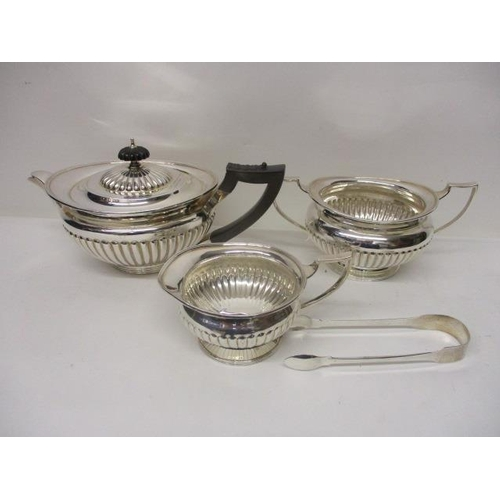 93 - A matched three-piece silver tea set, the teapot and sugar bowl by W & C Sissons, London 1901 and 19...