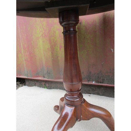 186 - A George III mahogany pedestal table having a turned, baluster column, raised on a tripod base, 27 1...