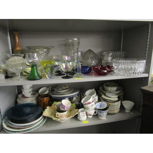 48 - A mixed lot of ceramics and glassware to include a Webbs Old English Bullseye vase and other items...