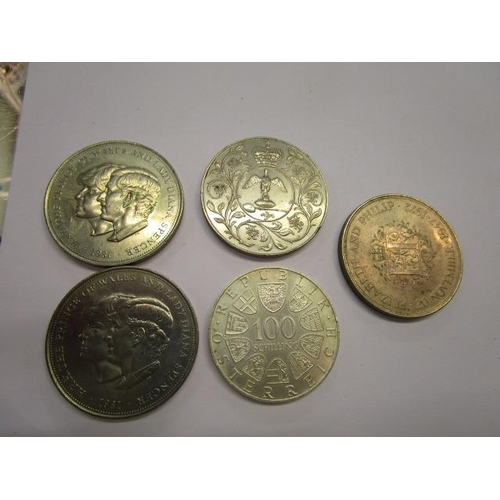 13 - Miscellaneous crowns to include a 1977 Silver Jubilee coin...
