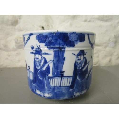 28 - A late 18th/early 19th century Chinese blue and white pot of circular form, decorated with three fig...