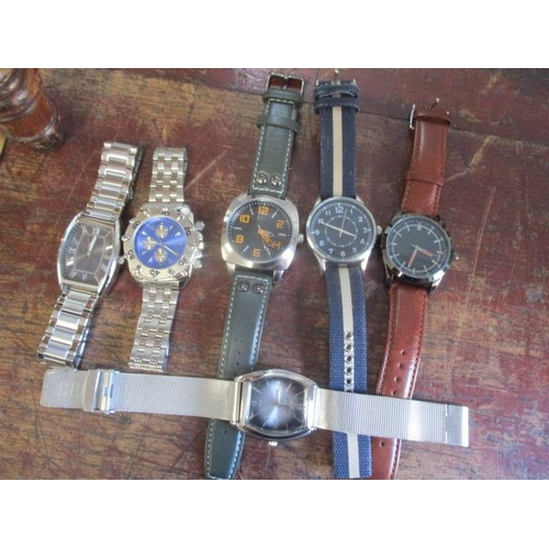 21 - A small collection of gents wristwatches to include a stainless steel Kendall & James watch...