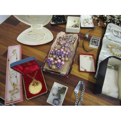 2 - A mixed lot of costume jewellery to include a pair of 9ct gold earrings...