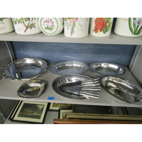 46 - A selection of American silver plate to include eight Insilco dinner knives...