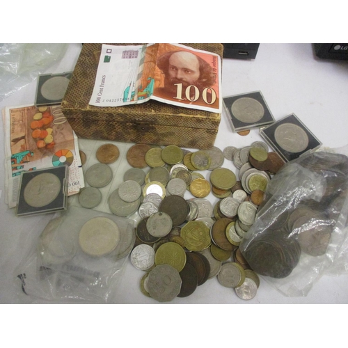 26 - Mixed coins and bank notes to include pennies, cased five shilling coins, five pound coin and others...