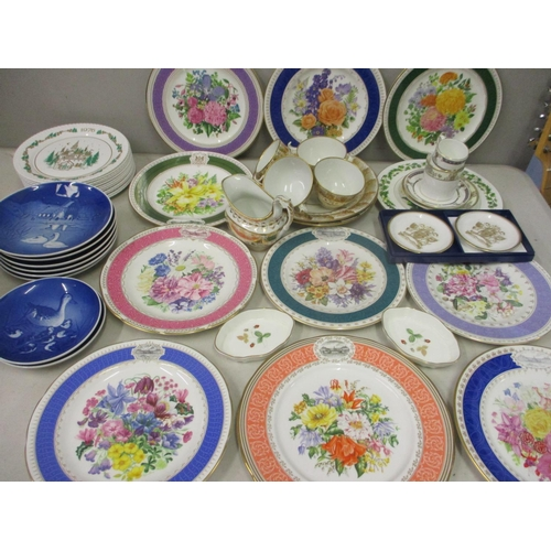 21 - Late 20th century bone china to include B & G blue collectors wall plates and Royal Chelsea 1991 Che...