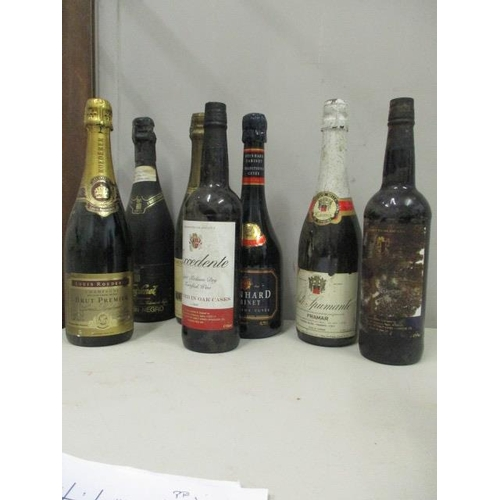 126 - Seven bottles to include a bottle of Excedente, light dry fortified wine, Spain, Untromar, port type...