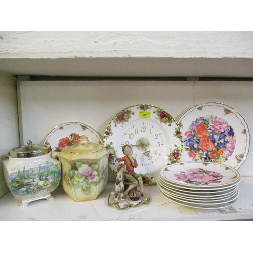 488 - A quantity of ceramics to include a Royal Albert Old Country Roses plate clock and biscuit barrels  ...