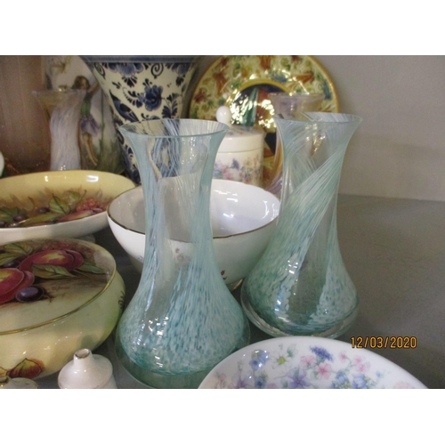 141 - A small quantity of miscellaneous ornaments to include a Wedgwood dressing table pot and cover and p...