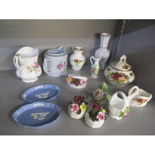 105 - A small mixed lot to include Old Country Roses china, Wedgwood Jasperware and other items Location: ...
