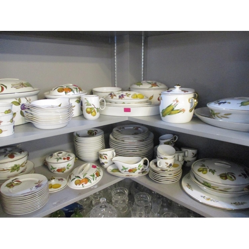 1 - A large quantity of Royal Worcester Evesham dinnerware Location: 102/10:3...
