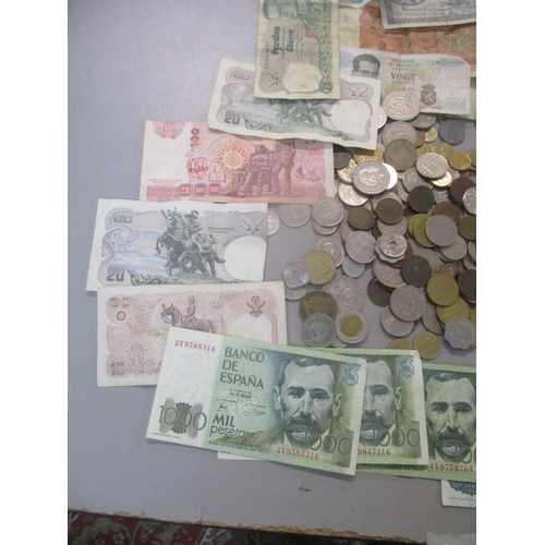 49 - Mixed coins and bank notes from around the world, to include Egypt, Israel, Singapore, Japan and Fra...