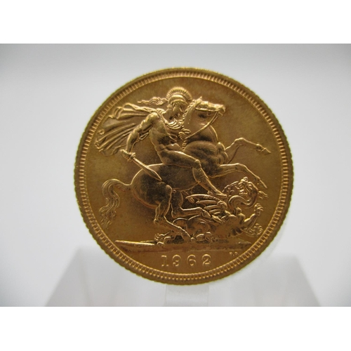 265 - An Elizabeth II gold full sovereign with St George to the obverse 1962...